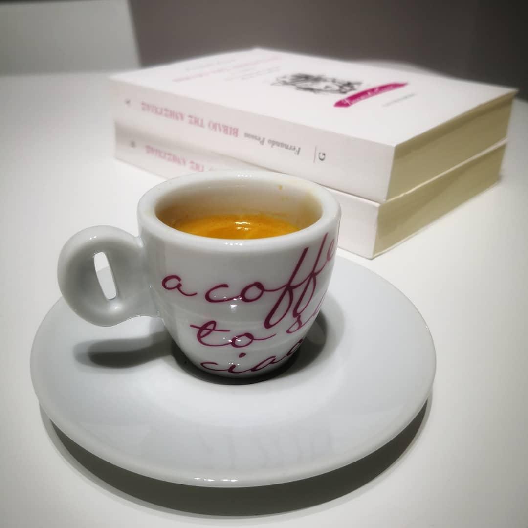 carti-de-citit-la-cafea