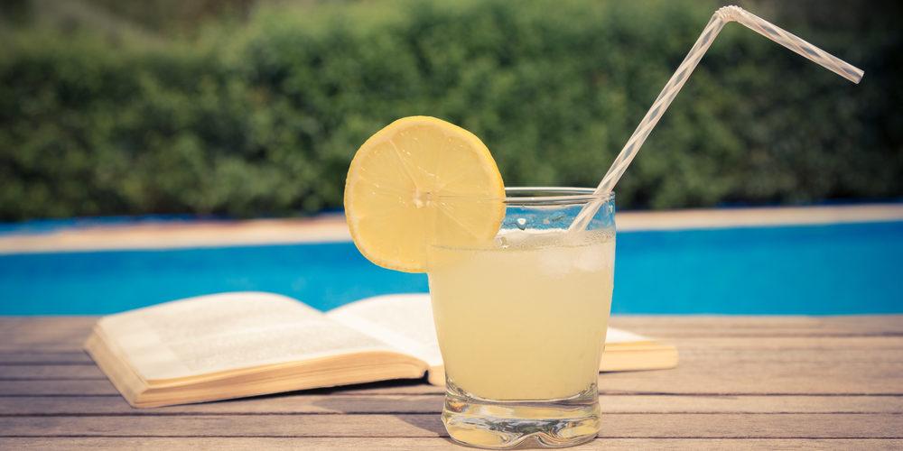 4 lecturi de vară și cocktailuri aromate cu care să le asortezi